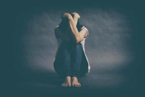 mujer-sentada-ocultando-su-cara-con-depresion-mayor